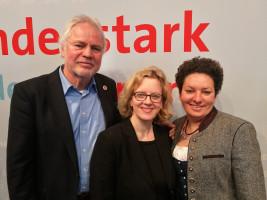 Natascha Kohnen beglückwünscht die Kandidaten für Rosenheim West (Werner Gartner für den Bezirkstag, Alexandra Burgmaier für den Landtag)
